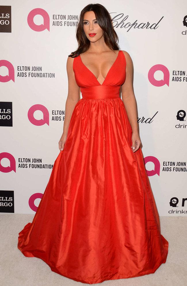 Хлое, Ким и Кортни Кардашьян посетили вечеринку Элтона Джона «AIDS Foundation»: khloe-kim--kourtney-kardashian-2014-elton-john-aids-foundation-academy-awards-party--30_Starbeat.ru