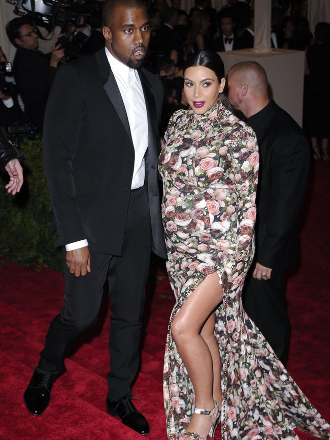 Беременная Ким Кардашьян и Канье Уэст: «Met Gala 2013»: kim-kardashian---2013-met-gala--05_Starbeat.ru