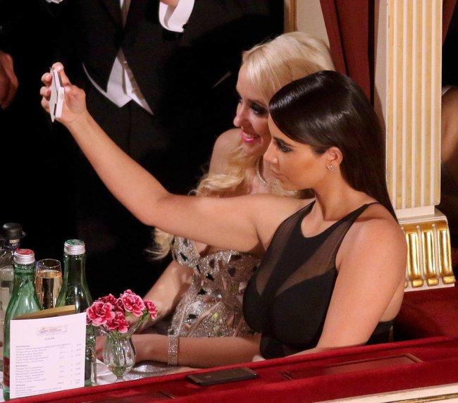 Ким Кардашьян на «58 Wiener Opernball» в Вене: kim-kardashian-16_Starbeat.ru