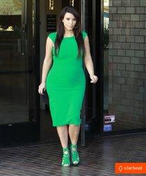 Беременная Ким Кардашьян в бледно-зеленом платье: kim-kardashian-bright-green-baby-bump-01_Starbeat.ru