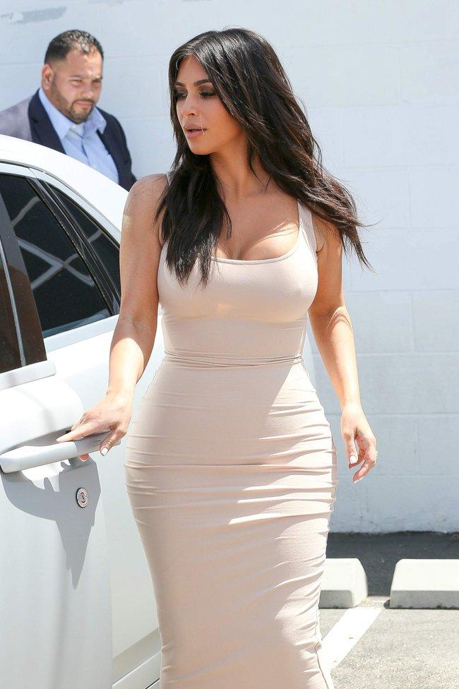 Пока Ким Кардашьян растёт вширь, у папарацци в Лос-Анджелесе есть работа: kim-kardashian-15-1_Starbeat.ru