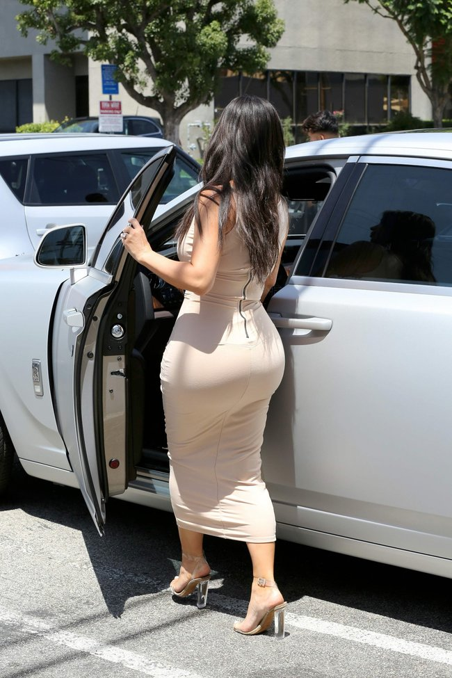 Пока Ким Кардашьян растёт вширь, у папарацци в Лос-Анджелесе есть работа: kim-kardashian-29_Starbeat.ru