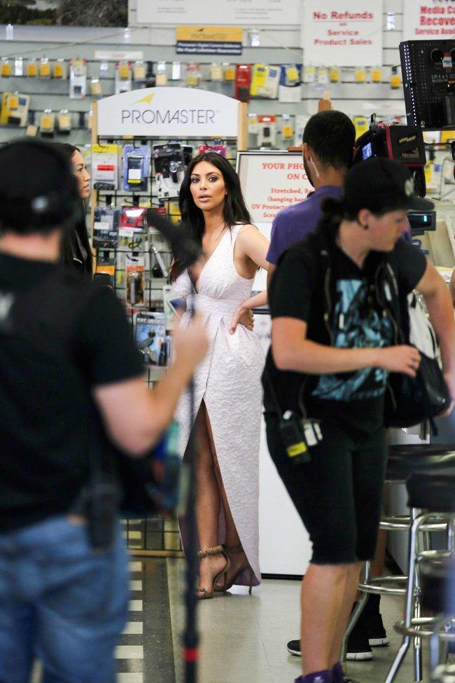 Фотографы засняли Ким Кардашьян в Калабасе: kim-kardashian-141_Starbeat.ru