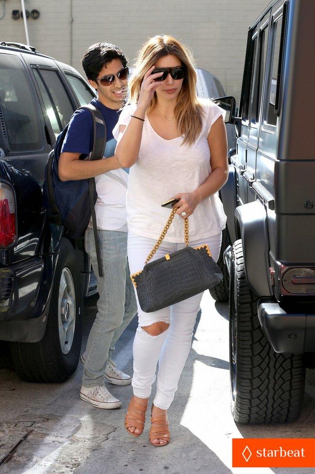 Блондинка Ким Кардашьян в Санта-Монике, Калифорния: kim-kardashian-i-regret-when-i-try-long-nails-05_Starbeat.ru
