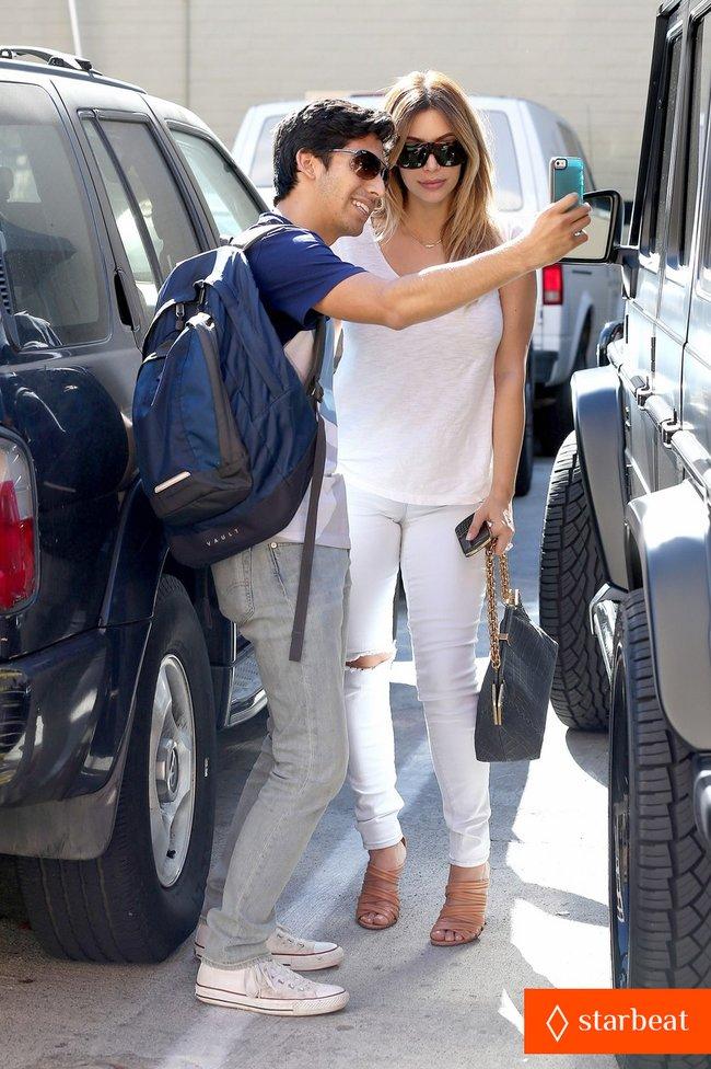 Блондинка Ким Кардашьян в Санта-Монике, Калифорния: kim-kardashian-i-regret-when-i-try-long-nails-06_Starbeat.ru