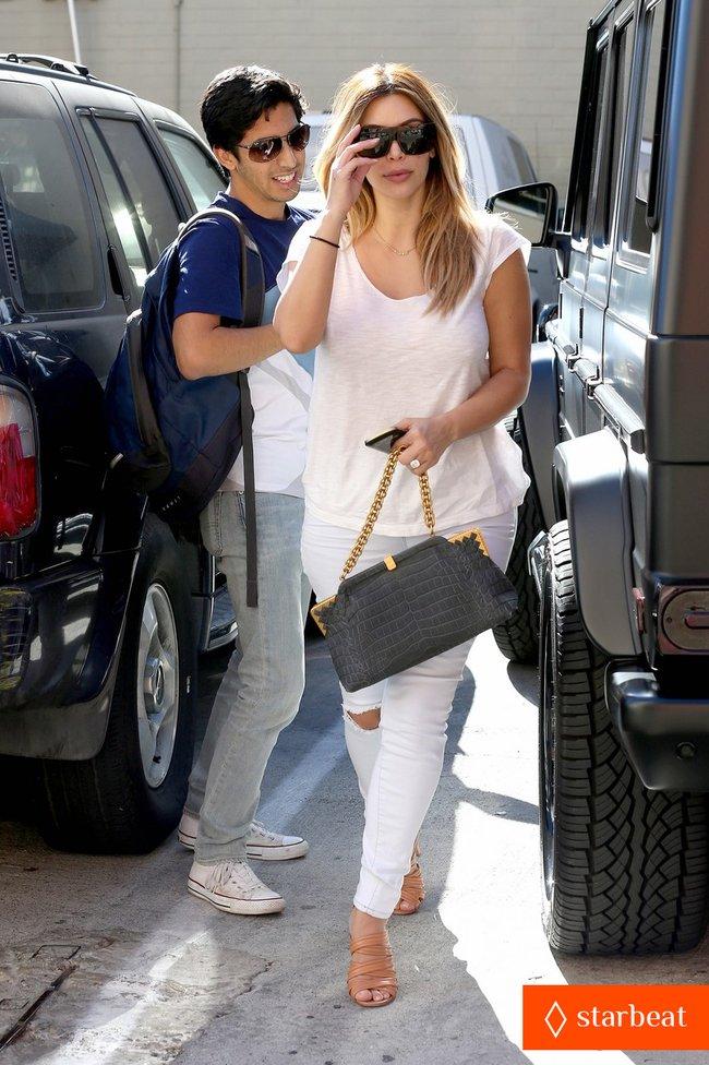 Блондинка Ким Кардашьян в Санта-Монике, Калифорния: kim-kardashian-i-regret-when-i-try-long-nails-07_Starbeat.ru