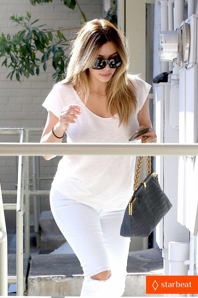 Блондинка Ким Кардашьян в Санта-Монике, Калифорния: kim-kardashian-i-regret-when-i-try-long-nails-08_Starbeat.ru