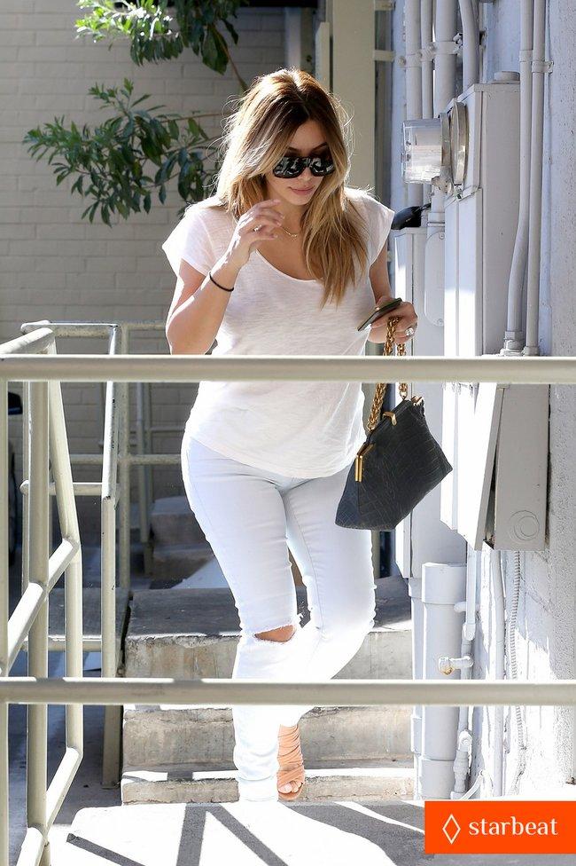 Блондинка Ким Кардашьян в Санта-Монике, Калифорния: kim-kardashian-i-regret-when-i-try-long-nails-09_Starbeat.ru