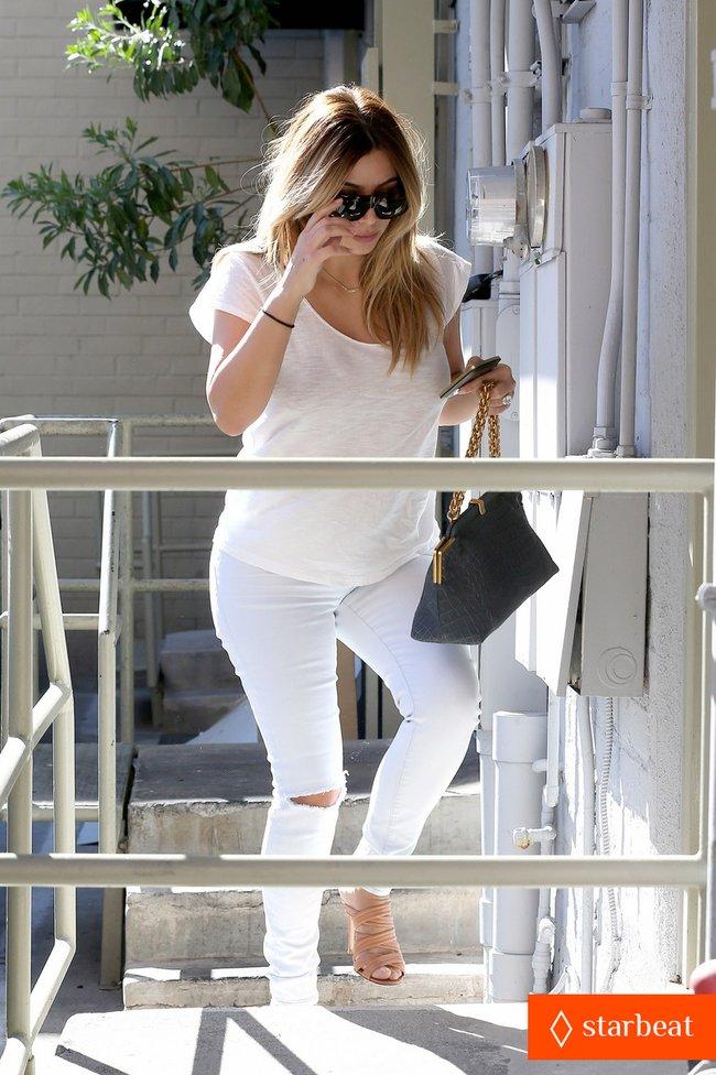 Блондинка Ким Кардашьян в Санта-Монике, Калифорния: kim-kardashian-i-regret-when-i-try-long-nails-10_Starbeat.ru