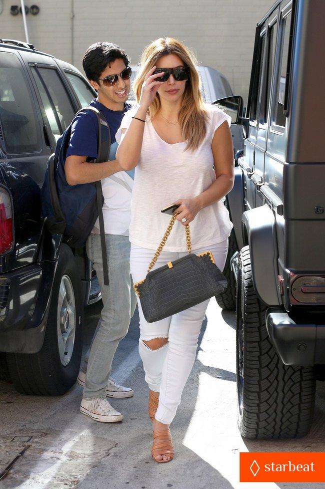 Блондинка Ким Кардашьян в Санта-Монике, Калифорния: kim-kardashian-i-regret-when-i-try-long-nails-11_Starbeat.ru