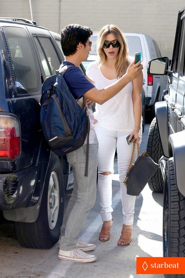 Блондинка Ким Кардашьян в Санта-Монике, Калифорния: kim-kardashian-i-regret-when-i-try-long-nails-12_Starbeat.ru
