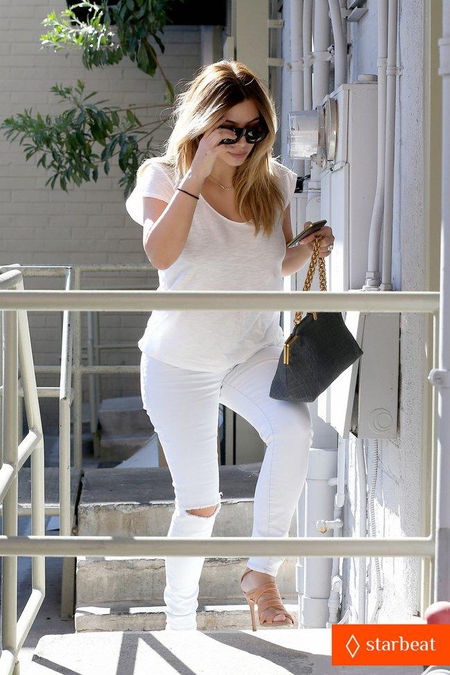 Блондинка Ким Кардашьян в Санта-Монике, Калифорния: kim-kardashian-i-regret-when-i-try-long-nails-14_Starbeat.ru