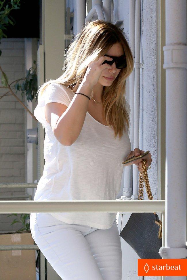 Блондинка Ким Кардашьян в Санта-Монике, Калифорния: kim-kardashian-i-regret-when-i-try-long-nails-15_Starbeat.ru