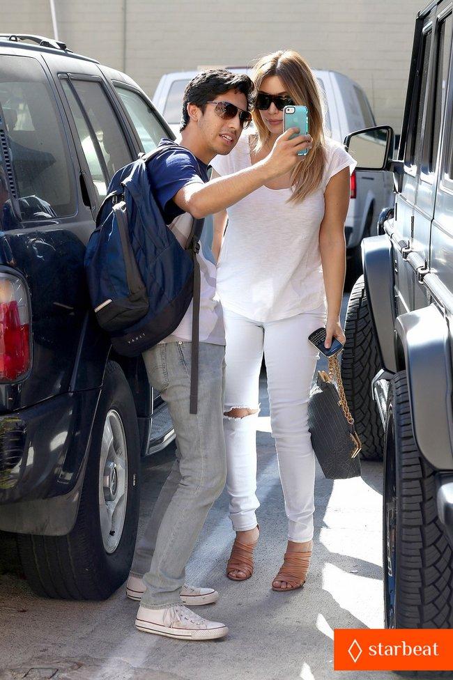 Блондинка Ким Кардашьян в Санта-Монике, Калифорния: kim-kardashian-i-regret-when-i-try-long-nails-16_Starbeat.ru