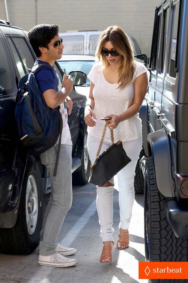 Блондинка Ким Кардашьян в Санта-Монике, Калифорния: kim-kardashian-i-regret-when-i-try-long-nails-18_Starbeat.ru