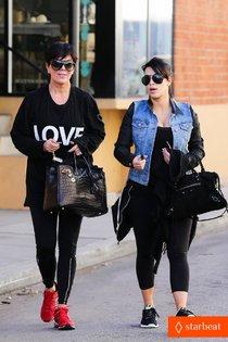 Ким Кардашьян с мамой Крис Дженнер в Лос-Анджелесе: kim-kardashian-loves-expectant-mom-parking-spots-10_Starbeat.ru