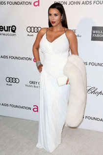 Ким Кардашьян на благотворительном вечере «Elton John AIDS Foundation»: Kim-Kardashian---2013-Elton-John-AIDS-Foundation-Academy-Awards-Party--04_Starbeat.ru
