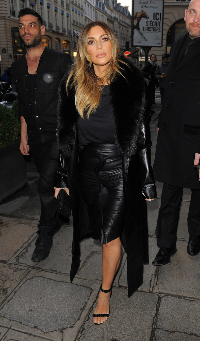 Ким Кардашьян на шоппинге в Париже: kim-kardashian-photos-shopping-candids-in-paris--03_Starbeat.ru
