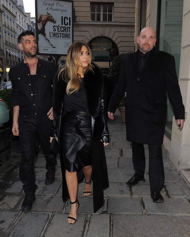 Ким Кардашьян на шоппинге в Париже: kim-kardashian-photos-shopping-candids-in-paris--07_Starbeat.ru
