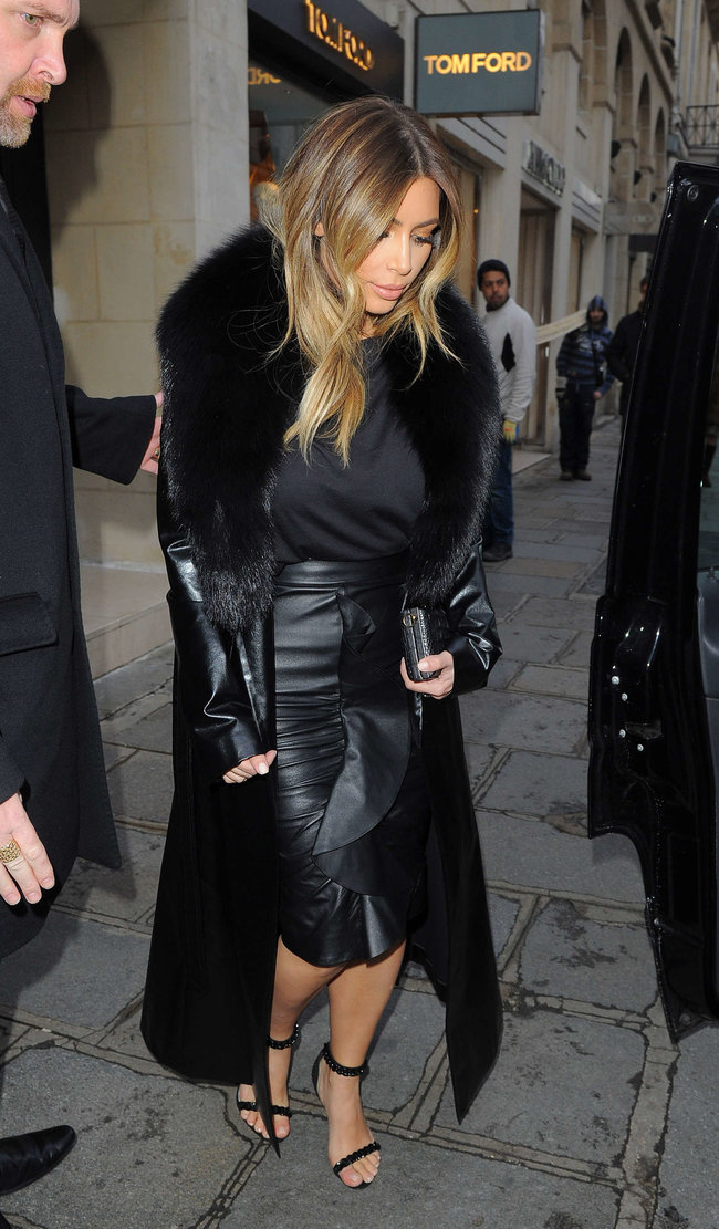 Ким Кардашьян на шоппинге в Париже: kim-kardashian-photos-shopping-candids-in-paris--08_Starbeat.ru