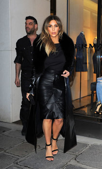 Ким Кардашьян на шоппинге в Париже: kim-kardashian-photos-shopping-candids-in-paris--01_Starbeat.ru