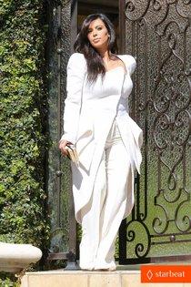 Ким Кардашьян возле своего дома в Беверли-Хиллз: pregnant-kim-kardashian-cant-wait-to-show-off-baby-bump-01_Starbeat.ru