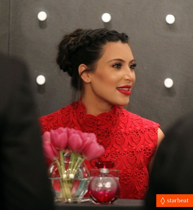 Ким Кардашьян представила свой новый аромат «Glam»: pregnant-kim-kardashian-glam-perfume-promotion-in-las-vegas-05_Starbeat.ru