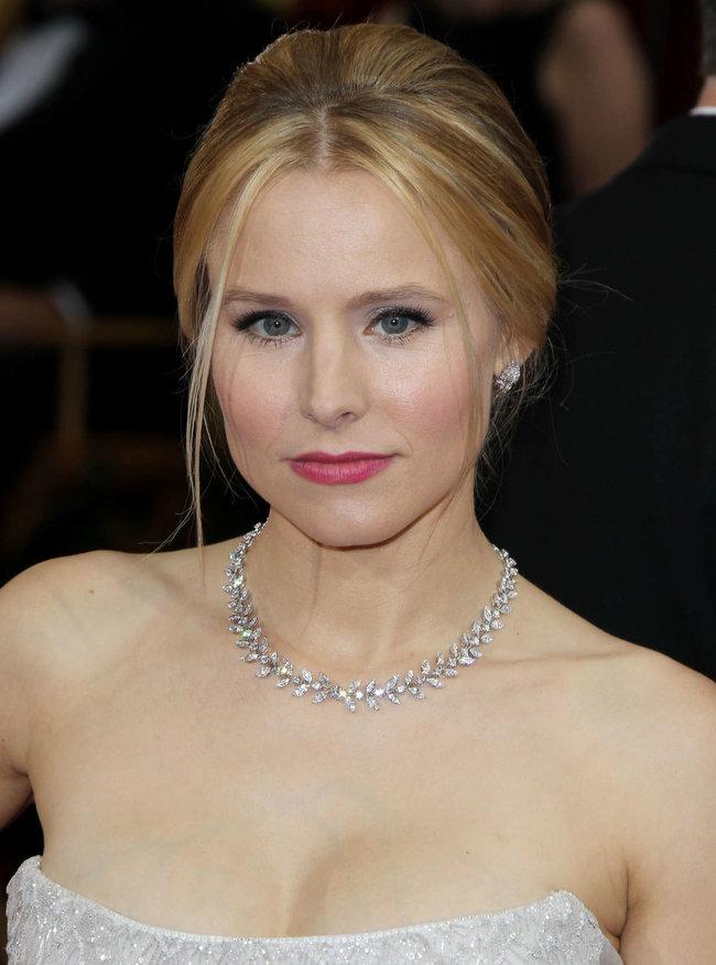 Кристен Белл прошлась по красной дорожке «Оскара 2014»: oscar-2014-kristen-bell--04_Starbeat.ru