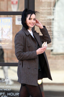 Кристен Риттер на съемках фильма «Assistance» (2013): krysten-ritter---on-the-set-of-assistance-02_Starbeat.ru