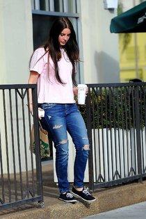 Лана Дель Рей была замечена около «Starbucks», Бербанк (Калифорния): lana-del-rey-in-ripped-jeans--01_Starbeat.ru