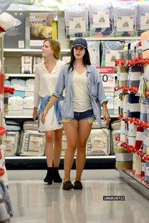 Лана Дель Рей с семьей в магазине «Target», Лос-Анджелес: lana-del-rey-in-shorts--01_Starbeat.ru