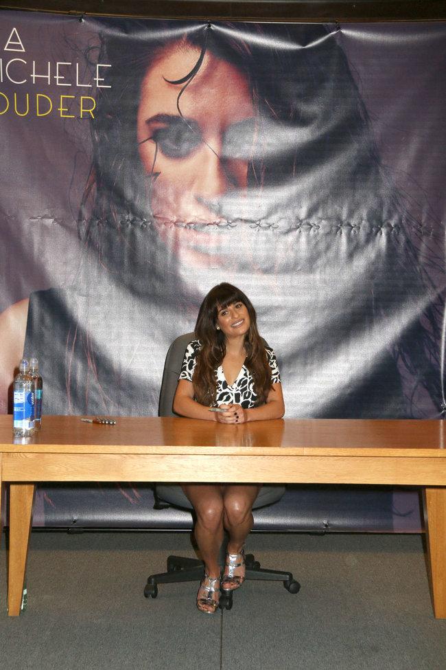 Леа Мишель: автограф-сессия дебютного альбома «Louder» в Лос-Анджелесе: lea-michele-louder-cd-signing--33_Starbeat.ru