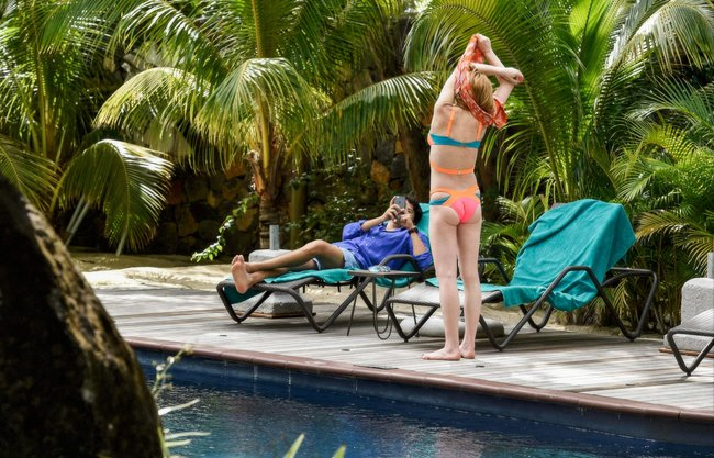 Линдси Лохан не дают спокойно пощеголять в бикини: папарацци нашли её даже на острове Маврикий: lindsay-lohan-12_Starbeat.ru