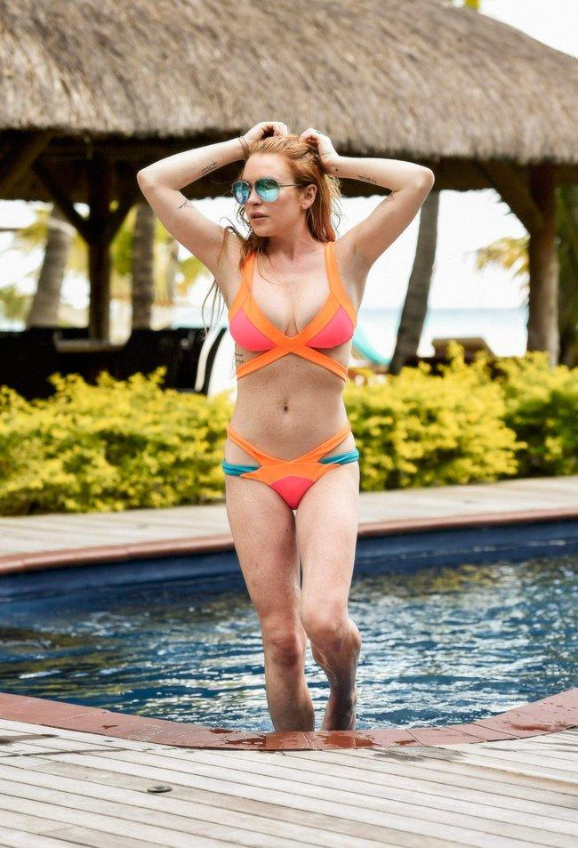 Линдси Лохан не дают спокойно пощеголять в бикини: папарацци нашли её даже на острове Маврикий: lindsay-lohan-13_Starbeat.ru