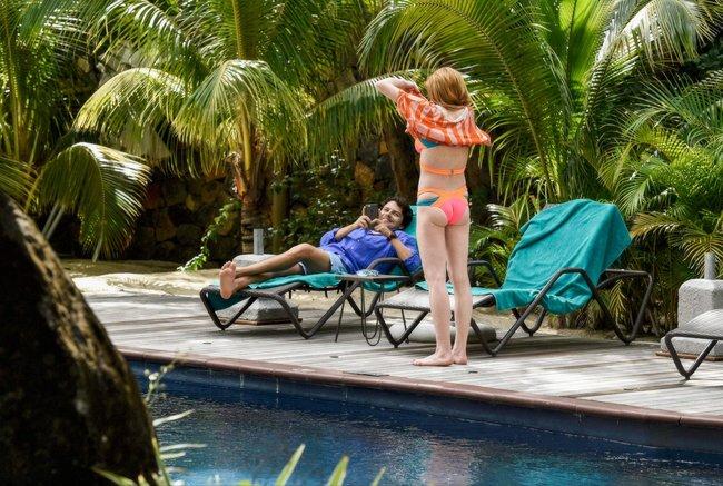 Линдси Лохан не дают спокойно пощеголять в бикини: папарацци нашли её даже на острове Маврикий: lindsay-lohan-14_Starbeat.ru