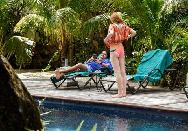Линдси Лохан не дают спокойно пощеголять в бикини: папарацци нашли её даже на острове Маврикий: lindsay-lohan-15_Starbeat.ru