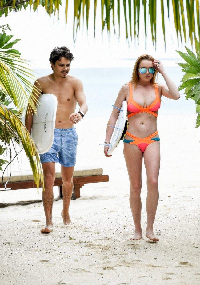 Линдси Лохан не дают спокойно пощеголять в бикини: папарацци нашли её даже на острове Маврикий: lindsay-lohan-2_Starbeat.ru