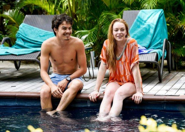 Линдси Лохан не дают спокойно пощеголять в бикини: папарацци нашли её даже на острове Маврикий: lindsay-lohan-3_Starbeat.ru