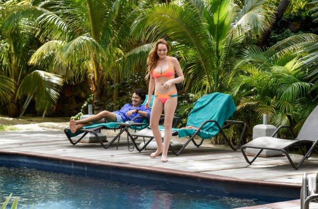 Линдси Лохан не дают спокойно пощеголять в бикини: папарацци нашли её даже на острове Маврикий: lindsay-lohan-4_Starbeat.ru