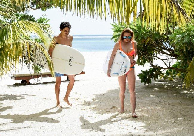 Линдси Лохан не дают спокойно пощеголять в бикини: папарацци нашли её даже на острове Маврикий: lindsay-lohan-6_Starbeat.ru