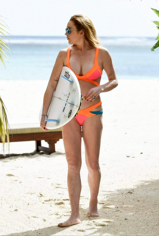 Линдси Лохан не дают спокойно пощеголять в бикини: папарацци нашли её даже на острове Маврикий: lindsay-lohan-8_Starbeat.ru