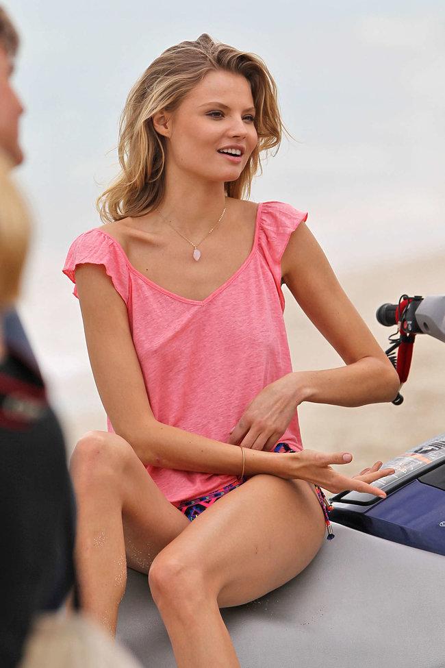 Магдалена Фраковяк в Майами: процесс съемок фотосессии: magdalena-frackowiak-bikini-photoshoot-on-miami-beach--04_Starbeat.ru