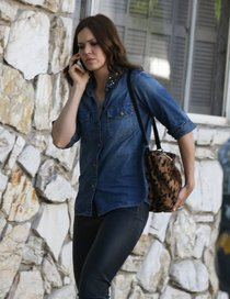 Мэнди Мур под прицелом папарацци в Беверли-Хиллз: mandy-moore-in-lether-pants-seen-out-in-beverly-hills--01_Starbeat.ru