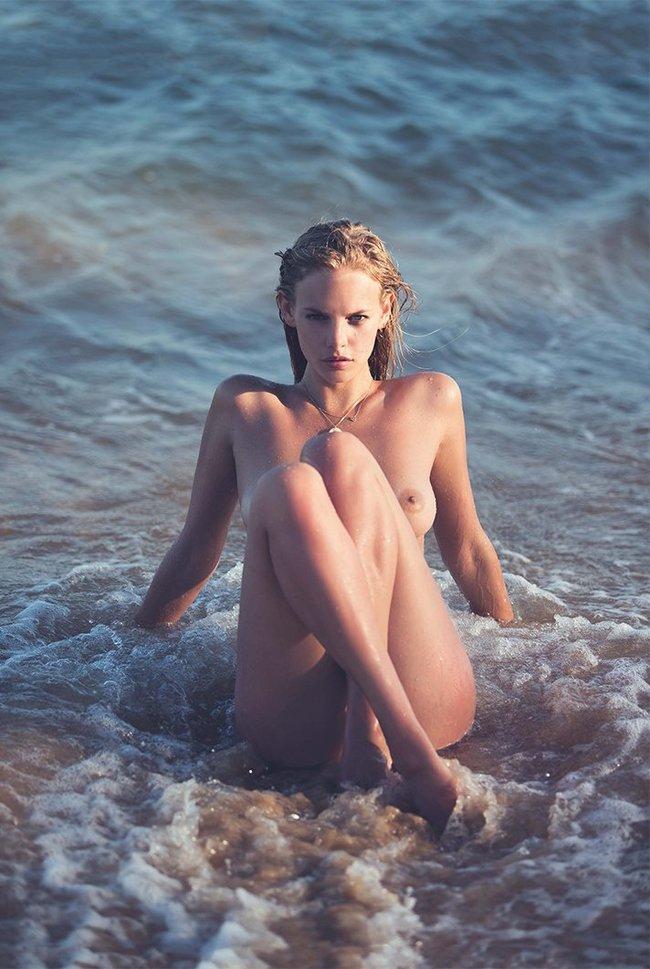 Марло Хорст кидает кости на пляже: две сиськи идут уже в базовой комплектации! Marie Claire Italy Magazine (июнь 2016): marloes-horst-3_Starbeat.ru