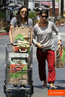 За продуктами в «Whole Foods»: Мишель Родригес: michelle-rodriguez-grocery-shopping-with-gal-pal-kim-01_Starbeat.ru