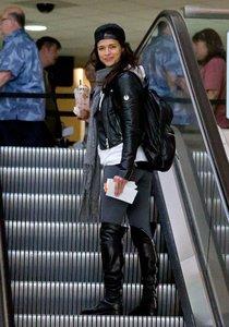 Мишель Родригес в аэропорту Лос-Анджелеса: michelle-rodriguez-in-spandex--01_Starbeat.ru