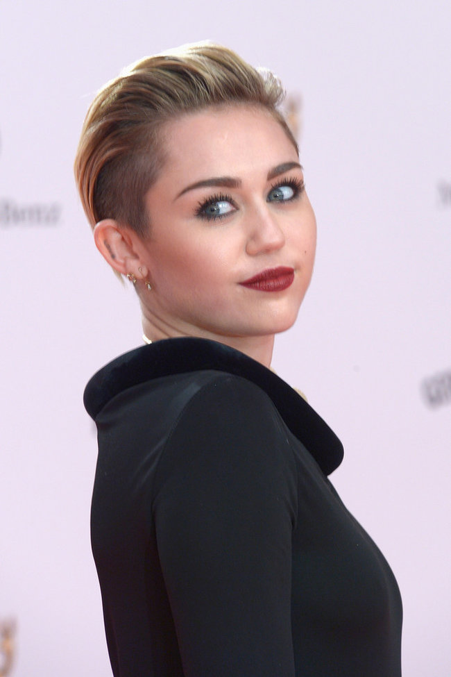Вручение наград «Bambi Awards» в Берлине: Майли Сайрус: miley-cyrus-bambi-awards-2013--02_Starbeat.ru