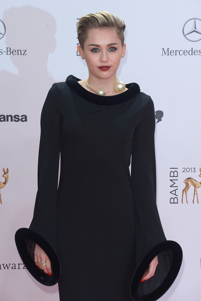 Вручение наград «Bambi Awards» в Берлине: Майли Сайрус: miley-cyrus-bambi-awards-2013--03_Starbeat.ru