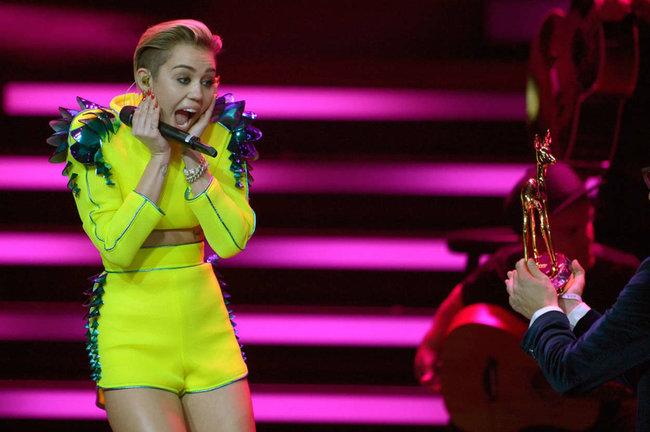Выступление Майли Сайрус на премии «Bambi Awards» в Германии: miley-cyrus-2013-bambi-awards--01_Starbeat.ru