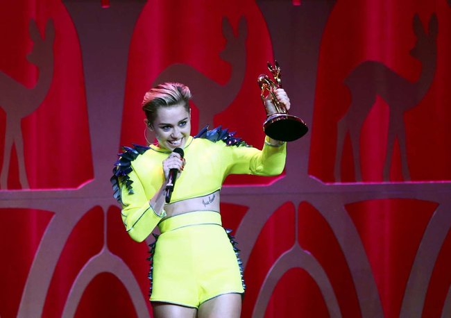 Выступление Майли Сайрус на премии «Bambi Awards» в Германии: miley-cyrus-2013-bambi-awards--02_Starbeat.ru